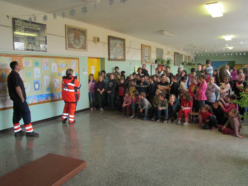 Prednáška - ukážka práce záchranárov v ZŠ Ipeľský Sokolec 2014