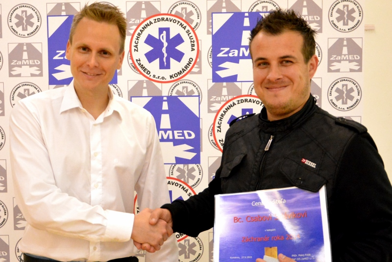 Riaditeľ Matej Polák gratuluje záchranárovi roka 2014 Csabovi Szlávikovi.
